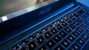 ASUS ZenBook 3 UX390UA piu leggero e sottile di MacBook