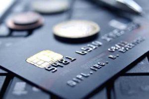 Una carta di credito con display e connessione dati cellulare